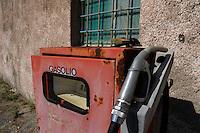 Isola di Pianosa.Pianosa Island.Pianosa. Il borgo.Village..Vecchio distributore di gasolio. Old distributor of diesel fuel.