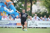 KAATSEN: BOLSWARD: 13-07-2014, Winnaars Jan Dirk de Groot, Dylan Drent en Hans Wassenaar (koning), Hans Wassenaar slaat de bal uit het perk, ©foto Martin de Jong