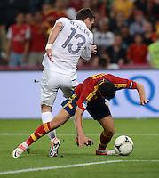 FUSSBALL  EUROPAMEISTERSCHAFT 2012   VIERTELFINALE Spanien - Frankreich      23.06.2012 Elfmeterreifer Zweikampf: Anthony Reveillere (li, Frankreich) gegen Pedro Rodriguez (re, Spanien)