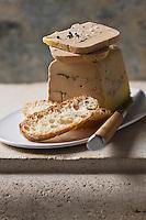 Europe/France/Aquitaine/24/Dordogne/Vallée de la Dordogne/Périgord/Périgord Noir/Sarlat-la-Canéda: Foie gras de Canard entier aux deux poivres et  au champagne de chez Rougié - Stylisme : Valérie LHOMME