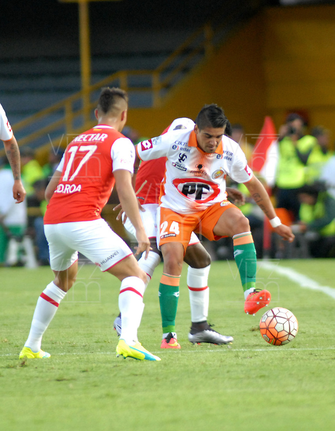 BOGOTA- COLOMBIA – 15-03-2016: Juan Roa (Izq.) jugador de Independiente Santa Fe de Colombia, disputa el balon con Alejandro Lopez (Der.) jugador de Cobresal de Chile, durante partido entre Independiente Santa Fe de Colombia y Cobresal de Chile,  por la segunda fase de la Copa Bridgestone Libertadores en el estadio Nemesio Camacho El Campin, de la ciudad de Bogota. / Juan Roa (L) player of Independiente Santa Fe of Colombia, figths for the ball with Alejandro Lopez (R) player of Cobresal of Chile, during a match between Independiente Santa Fe of Colombia and Cobresal of Chile, for the second phase, of the Copa Bridgestone Libertadores in the Nemesio Camacho El Campin in Bogota city. VizzorImage / Luis Ramirez / Staff.