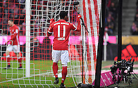 Fussball  1. Bundesliga  Saison 2016/2017  16. Spieltag  FC Bayern Muenchen - RB Leipzig        21.12.2016 Douglas Costa (FC Bayern Muenchen) am Tornetz
