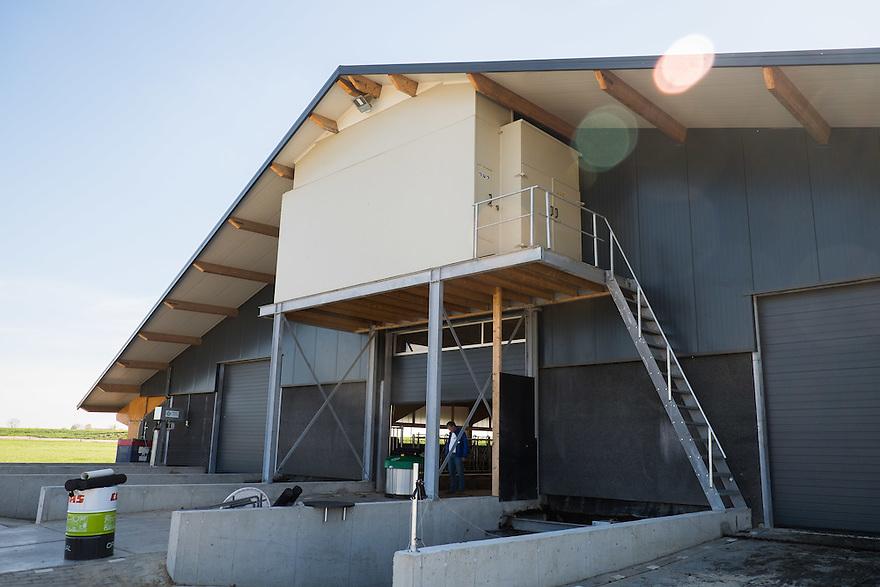 Nederland, Zwartsluis, 2 mei 2015<br /> Natuurboerderij Weidevol. Biologisch melkveebedrijf. Geheel nieuwe en moderne stal. Boven de staldeur is de luchtwasser geinstalleerd. Hierdoor is er voor de buurt veel minder stankoverlast door de stal.<br /> <br /> Foto: Michiel Wijnbergh