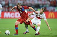 FUSSBALL  EUROPAMEISTERSCHAFT 2012   VORRUNDE Tschechien - Polen               16.06.2012 David Limbersky (li, Tschechische Republik) gegen Eugen Polanski (re, Polen)
