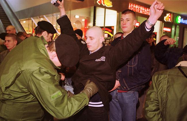 Gegen das in Berlin geplante Holocaustmahnmal rief ein sog. Buendnis gegen das Holocaustmahnmal zu einer Demonstration. 6-700 Skinheads und Rechtsextreme aus dem gesamten Bundesgebiet kamen zu der gerichtlich durchgesetzten Demonstration. Es waren fast ausschliesslich NPD-Mitglieder und Sympathiesanten. Die Organisation der Demonstration lag fest in den Haenden sogenannten Freier Kameradschaften.<br /> Hier: Skinhead mit White-Power-Aufnaeher bei der Polizeikontrolle.<br /> Berlin, 29.1.2000<br /> Copyright: Christian-Ditsch.de<br /> [Inhaltsveraendernde Manipulation des Fotos nur nach ausdruecklicher Genehmigung des Fotografen. Vereinbarungen ueber Abtretung von Persoenlichkeitsrechten/Model Release der abgebildeten Person/Personen liegen nicht vor. NO MODEL RELEASE! Nur fuer Redaktionelle Zwecke. Don't publish without copyright Christian-Ditsch.de, Veroeffentlichung nur mit Fotografennennung, sowie gegen Honorar, MwSt. und Beleg. Konto: I N G - D i B a, IBAN DE58500105175400192269, BIC INGDDEFFXXX, Kontakt: post@christian-ditsch.de<br /> Bei der Bearbeitung der Dateiinformationen darf die Urheberkennzeichnung in den EXIF- und  IPTC-Daten nicht entfernt werden, diese sind in digitalen Medien nach &sect;95c UrhG rechtlich gesch&uuml;tzt. Der Urhebervermerk wird gemaess &sect;13 UrhG verlangt.]
