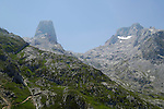 Asturia, Europe, Geography, National Park, Picos de Europa, Spain, Asturien, Geografie, Spanien, Asturias, Geografia, landscape, landscape form, landscape forms, landscapes, national parks, Nationalpark, Nationalparks, Nature, nature reserve, nature reserves, Wildlife, Landschaft, Landschaftsform, Landschaftsformen, Natur, Naturpark, naturparks, Naturreservat, Naturreservate, Naturschutzgebiet, Naturschutzgebiete, Naturschutzpark, Naturschutzparks, Wildnis, &aacute;rea protegida, paisajes, parque nacional, parque natural, parques nacionales, parques naturales, reserva, reservas, salvaje, Mountain, mountain ranges, mountains, Mountains range, Berg, Berge, Bergkette, Bergketten, Bergmassiv, Bergmassive, Bergpanorama, Gebirge, Gebirgskette, Gebirgsketten, Gebirgspanorama, Berggipfel, Gebirgsgipfel, mountain peak, Mountain peaks, mountain top, mountain tops, peek, peeks, summit, summits, Mount Naranjo de Bulnes, Mount Urriello, Pico Urriello, Mount Cueto Albo, Cuetos del Albo, Neveron del Albo,