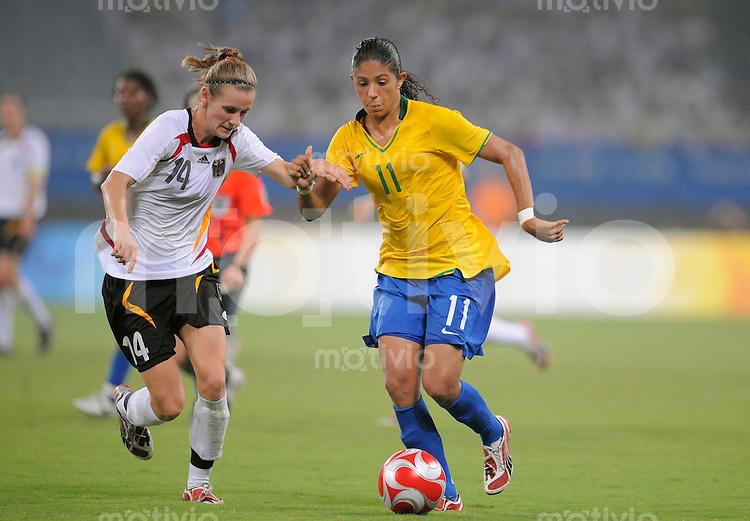 Olympia 2008  Peking  Fussball  Frauen   18.08.2008 Brasilien - Deutschland CRISTIANE (re, BRA) im Zweikampf mit Simone LAUDEHR (li, GER).