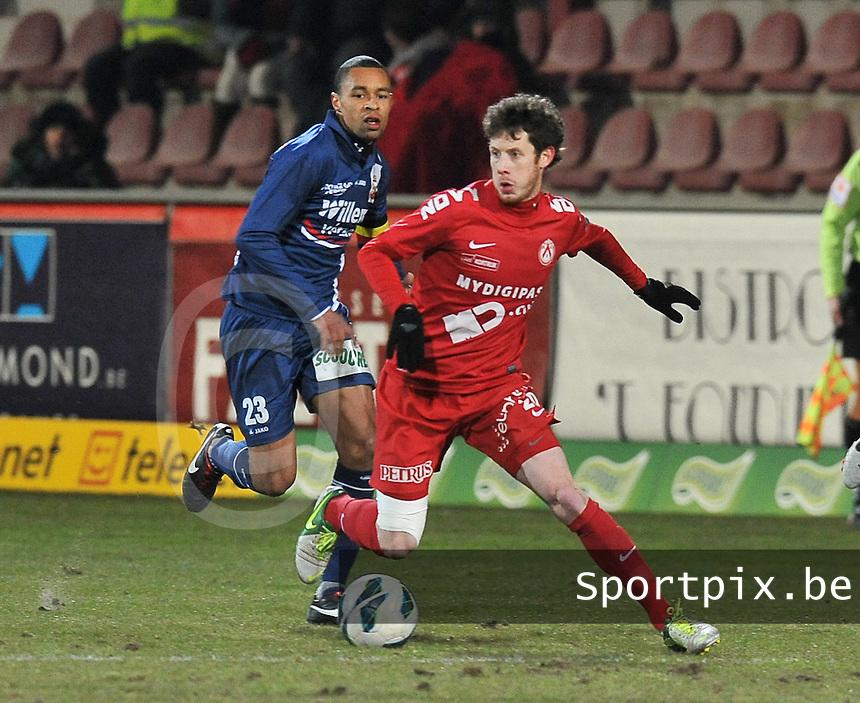 KV Kortrijk - RAEC Mons Bergen : Thomas Matton aan de bal.foto VDB / BART VANDENBROUCKE