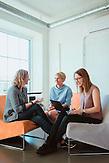TechSisters Hanna-Mari Kirs, Mari-Liis Lind und Janika Liiv in einem Büro im Kreativviertel Telliskivi in Tallinn (Estland), das sie mit anderen Startups teilen.