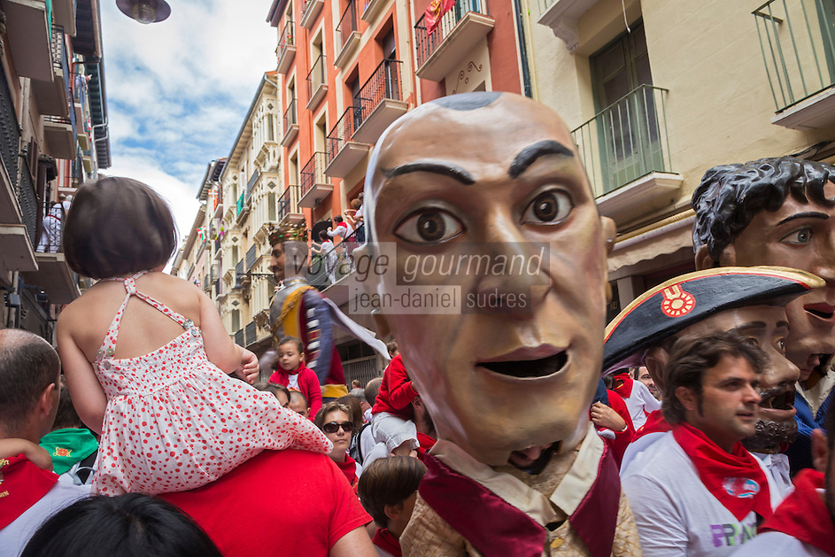 Espagne, Navarre, Pampelune: Fêtes de San Fermín, procession de Géants est organisée à travers les rues de la ville //   //  Spain, Navarre, Pamplona:  Festival of San Fermín, Parade of Giants and Big-heads, San Fermín street-partying,