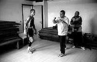 Roma  .Incontro  di boxe dilettanti.Il maestro Dhemi Paris  spiega a un pugile, prima dell'incontro , come portare i colpi