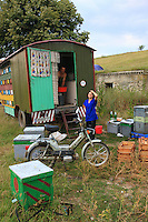At the campsites, mutual aid is common; the beekeepers get together by affinity or because they come from the same region. The majority comes from Northern Romania.