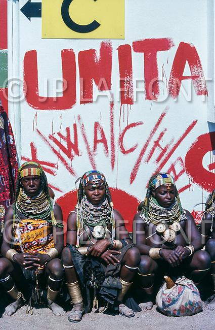 July 1975, Angola --- Women of the Huila province in Sa da Bandeira (now Lubango) waiting for the leader of the National Union for the Total Independence of Angola (UNITA), Jonas Savimbi. | Location: Sa da Bandeira, Angola. --- Image by © JP Laffont