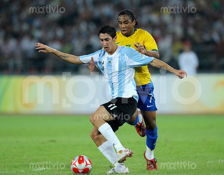 Olympia 2008  Peking  Fussball  Maenner   16.08.2008 Argentinien - Brasilien Angel DI MARIA (ARG, l) gegen ANDERSON (BRA).