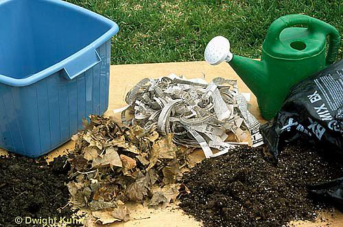 1Y07-031x  Earthworm - experiment seeting up a worm farm