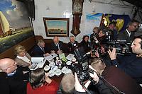 SCHAATSEN: HINDELOOPEN: Schaatsmuseum, 18-01-2013, Elfstedenreünie van de Elfstedentocht van 1963, winnaar Reinier Paping, Jan Uitham en Jeen van den Berg volop in de belangstelling van de media, ©foto Martin de Jong