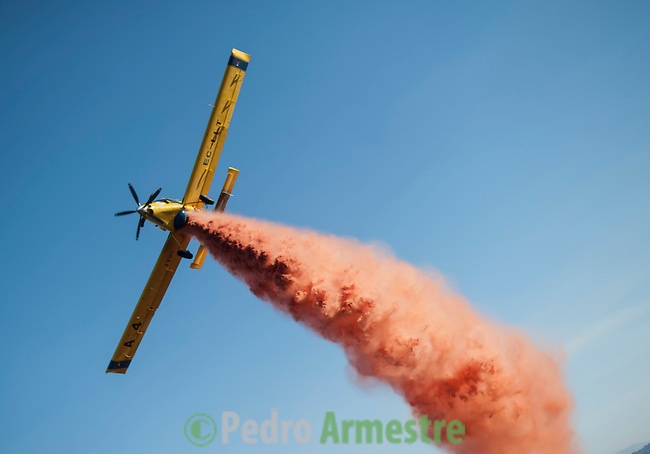 INFOCA aeroplane attempts to extinguish the fire to put out a wildfire in Bedar, in Almeria, on August 26, 2012.  AFP PHOTO / Pedro ARMESTRE