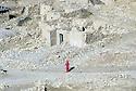 Irak 2000.Les ruines du village d' Hanab rasé par l'armée irakienne.    Iraq 2000.Woman walking in the ruins of Hanab bombed by the Irakis