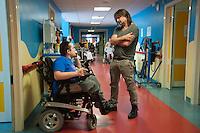 Milano, Ospedale Niguarda, Ray Wilson, cantautore ed ex frontman dei Genesis, in visita ai pazienti del Centro NEMO, centro ad alta specializzazione per il trattamento delle patologie neuromuscolari.<br /> Milan, Niguarda, Ray Wilson, songwriter and former frontman of Genesis, visiting patients in the NEMO Centre, highly specialized center for the treatment of neuromuscular diseases.