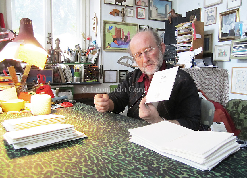 """Alberto Casiraghi in arte """"Casiraghy"""" è un artista poliedrico: scrittore, poeta, musicista, pittore, tipografo per """"Il Giornale"""", ai tempi in cui Indro Montanelli ne era il direttore, nonchè fondatore della casa editrice """"Pulcinoelefante"""". Osnago """" Lecco """", aprile. 2012. © Leonardo Cendamo"""