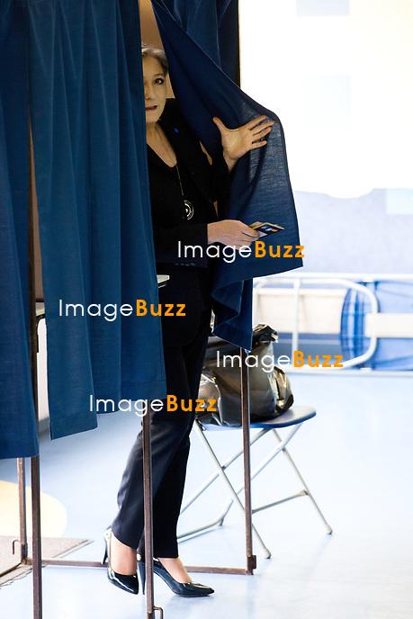 Marine Le Pen vote &agrave; l' &eacute;cole primaire publique Jean-Jacques Rousseau &agrave; H&eacute;nin-Beaumont lors du premier tour de la pr&eacute;sidentielle.<br /> France, H&eacute;nin-Beaumont, 23 avril 2017.<br /> Marine Le Pen, the president of the far-right Front National party voting at the primary school Jean-Jacques Rousseau in H&eacute;nin-Beaumont, during the first round of the 2017 French presidential election.<br /> France, H&eacute;nin-Beaumont, 23 april 2017.