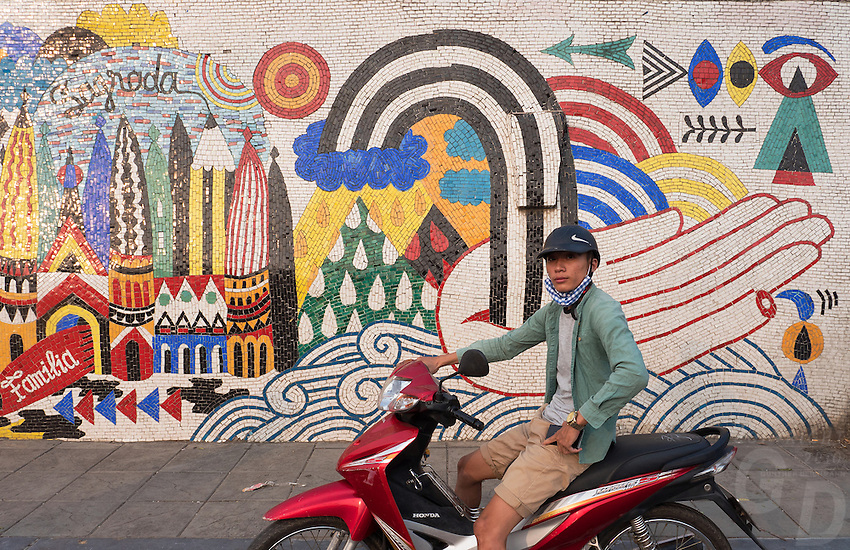 With rich history and art pieces that go back to the Stone Age, if there&rsquo;s one thing the Vietnamese are indisputably brilliant at, it is their way of expressing themselves. Be it through their traditional music, architecture or visual art, a lot of their history and expression comes from their art. One such gem that Vietnam has in its crown is the 3.85 km long Hanoi Ceramic Mosaic Mural. It is the world's largest ceramic mosaic built from ceramic tesserae.<br /> <br /> The Hanoi Ceramic wall was built in-line with the 1000th anniversary of the foundation of the capital Thăng Long in October 2010. The whole idea of transforming a boring dyke-wall into a colorful ceramic mosaic originated because of Nguyen Thu Thuy. She is a journalist and her idea won the Hanoi Architecture Contest. The preparations to decorate the walls started in 2007. People and artists from not only Vietnam but all over the world contributed in the making of this mural. With Terracotta structures of boats, dragons, lac birds, fish, pelicans surrounded by mosaic tiles, the decorative patterns are a visual narration of the country&rsquo;s history from different periods.