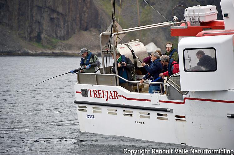 Turister ombord i fiskebåt i Kjøllefjord. ---- Tourist on fishing boat in Kjøllefjord.