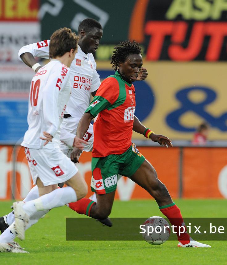 SV Zulte-Waregem - KV Kortrijk..Ernest Nfor aan de bal voor de storende Sven Kums (links) en Cheikhou Kouyaté (midden)..foto David Catry /VDB