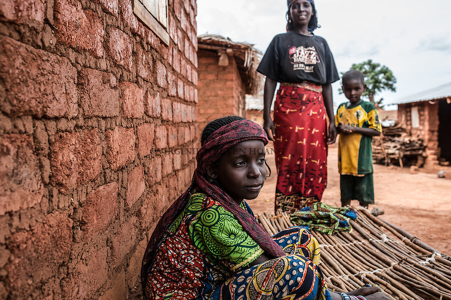 CAR, Yelloke: a peul girl in front of her house in Yelloke. After the crisis in CAR, the anti-balaka of Yelloke city have decided to build a village where the muslim minority, the Peuls, can live and be protected by the UN.  23th April 2016. <br /> <br /> RCA, Yelloke: une jeune fille peul devant sa maison &agrave; Yelloke. Apr&egrave;s la crise de Centrafrique, les anti-balaka ont d&eacute;cid&quot; de construire un village pour la minorit&eacute; musulmane, les peuls, o&ugrave; ils peuvent vivre et &ecirc;tre prot&eacute;g&eacute;s par l'UN.  23 avril 2016.