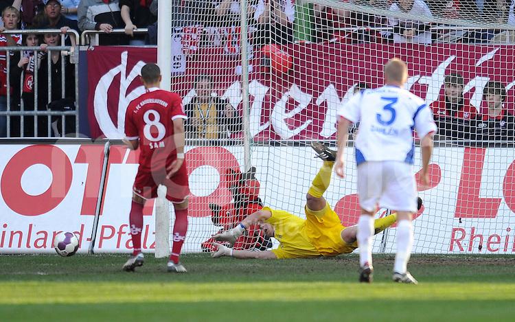 2. Fussball Bundesliga:  Saison   2009/2010  , 32.  Spieltag  Kaiserslautern - Hansa Rostock    23.04.2010 Alexander Walke (re., Rostock) haelt den Elfmeter von Siudney Sam (li., Lautern)