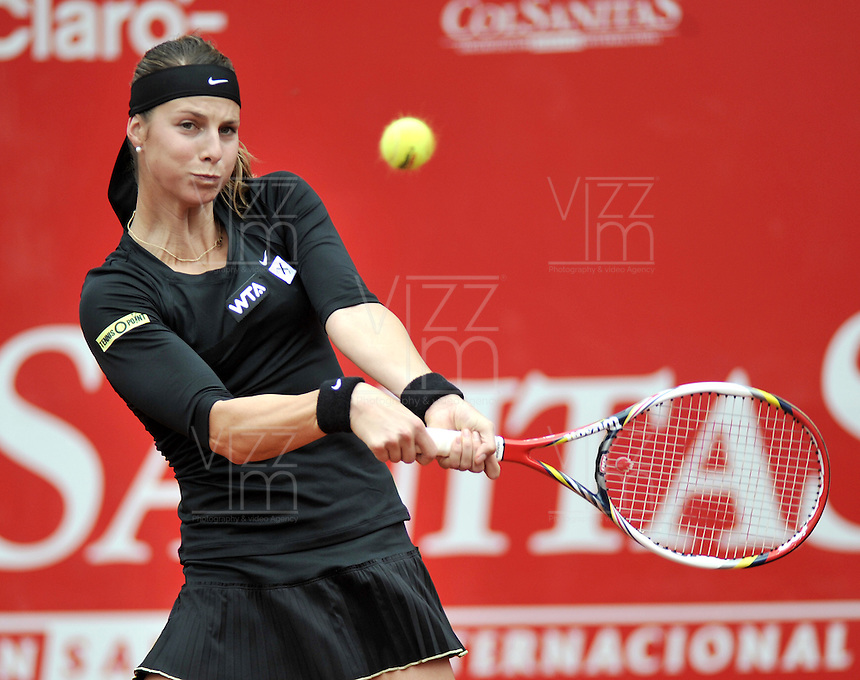 BOGOTA - COLOMBIA - FEBRERO 18: Mandy Minella de Luxemburgo, devuelve la bola a Tatjana Malek de Alemania, durante partido por la Copa Claro-Colsanitas en Bogotá, febrero 18 de 2013. (Foto: VizzorImage / Luis Ramírez / Staff). Mandy Minella from Luxembourg  return the ball to Tatjana Malek from Germany during a match for the Claro-Closanitas Tennis Cup, on February 18, 2013, in Bogota, Colombia. (Photo: VizzorImage / Luis Ramirez / Staff).