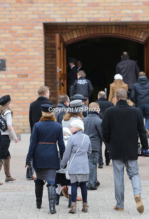 """Foto: VidiPhoto..OPHEUSDEN - Massaal naar de kerk in Opheusden in de Betuwe. Bij de Gereformeerde Gemeente in Nederland (GGiN), stromen de kerkgangers woensdag toe voor de zogenoemde bidstond, ook wel """"biddag voor gewas, arbeid en visserij"""" genoemd. Orthodoxe protestanten bezoeken die dag één of tweemaal een dienst om de zegen van God te vragen voor het komende oogstseizoen. In het najaar is er dan dankdag, in Amerika bekend als Thanksgivingday. Het gebruik om speciale bid- en dankdagen te houden is ontstaan in de Middeleeuwen. De GGiN in Opheusden is met bijna 3000 zitplaatsen de grootste kerk van Nederland. Het grootste deel van het dorp gaat zondags naar de kerk.."""