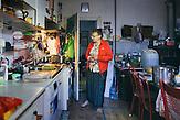 Hermine Jinga-Roth morgens in ihrer Kueche. Europa, Rumaenien, Rusciori den 27. Juli 2015