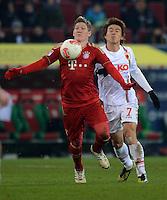 FUSSBALL   1. BUNDESLIGA  SAISON 2012/2013   16. Spieltag FC Augsburg - FC Bayern Muenchen         08.12.2012 Bastian Schweinsteiger (li, FC Bayern Muenchen) gegen Koo Ja Cheol  (FC Augsburg)