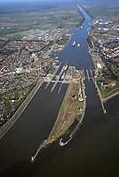 Nord Ostseekanal Schleuse Brunsbuettell: EUROPA, DEUTSCHLAND, SCHLESWIG-HOLSTEIN, BRUNSBUETTEL , (EUROPE, GERMANY), 12.03.2014: Schleuse Nord-Ostseekanal von Brunsbuettel. Der Nord-Ostsee-Kanal (NOK; internationale Bezeichnung: Kiel Canal) verbindet die Nordsee (Elbmuendung) mit der Ostsee (Kieler Foerde). Diese Bundeswasserstra&szlig;e ist nach Anzahl der Schiffe die meistbefahrene kuenstliche Wasserstra&szlig;e der Welt.<br /> Der Kanal durchquert auf knapp 100 km das deutsche Bundesland Schleswig-Holstein von Brunsbuettel bis Kiel-Holtenau und erspart den etwa 900 km laengeren Weg um die Nordspitze Daenemarks durch Skagerrak und Kattegat.<br /> Die erste kuenstliche Wasserstra&szlig;e zwischen Nord- und Ostsee war der 1784 in Betrieb genommene und 1853 in Eiderkanal umbenannte Schleswig-Holsteinische Canal. Der heutige Nord-Ostsee-Kanal wurde 1895 als Kaiser-Wilhelm-Kanal eroeffnet und trug diesen Namen bis 1948.
