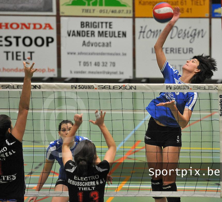Tievolley Tielt - Vlamvo Vlamertinge : Sofie Liefhooghe met de aanval.foto VDB / BART VANDENBROUCKE