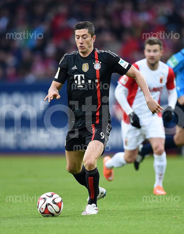 Fussball  1. Bundesliga  Saison 2014/2015  15. Spieltag  FC Augsburg - FC Bayern Muenchen     13.12.2014 Robert Lewandowski (FC Bayern Muenchen) am Ball