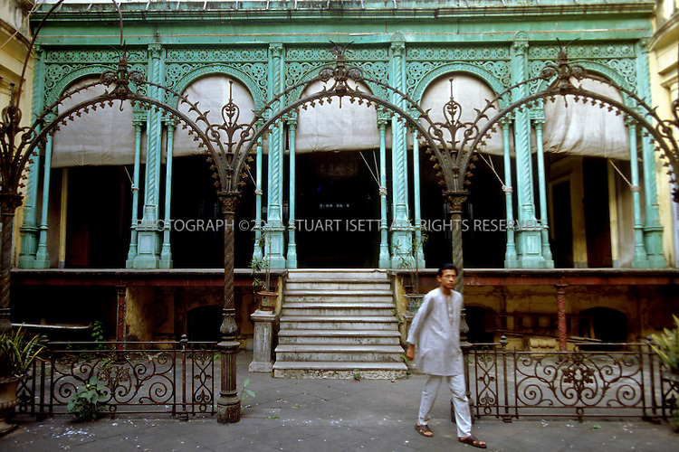 12/1/2006--Kolkata (Calcutta), India..Inner courtyard with cast iron work of the Jadulal Mallick's house, on Pathuriaghata Street, North Calcutta where the family used to hold important religious events. One of the many Mullick houses, the Mullicks were one of the most successful families in Kolkata and built some of the largest homes with baroque and neo-classical influences....Photograph By Stuart Isett.All photographs ©2006 Stuart Isett.All rights reserved.