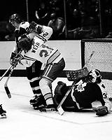 Seals Stan Weir battles Toronto Maple Leafs goalie Doug Favell (1975 photo/Ron Riesterer)