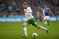 FUSSBALL   1. BUNDESLIGA   SAISON 2013/2014   12. SPIELTAG FC Schalke 04 - SV Werder Bremen                           09.11.2013 Aaron Hunt (SV Werder Bremen) am Ball