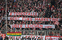 Fussball  1. Bundesliga  Saison 2016/2017  16. Spieltag  FC Bayern Muenchen - RB Leipzig        21.12.2016 Fans des FC Bayern Muenchen hissen ein kritisches RB Leipzig Banner im Stadion der Allianz-Arena