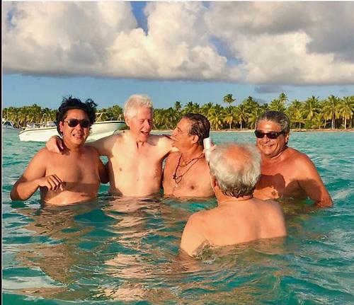 Ricardo Cheaz, Bill Clinton, George Nader, José Calzada y Rolando Gonzalez Bunster (de espaldas)