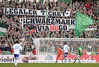 FUSSBALL   1. BUNDESLIGA   SAISON 2012/2013    28. SPIELTAG SV Werder Bremen - FC Schalke 04                          06.04.2013 Bremer Fans demonstrieren mit einem Banner mit der Aufschrift: LEGALER TICKET-SCHWARZMARKT VIANOGO gegen den Online Tickethaendler Viagogo