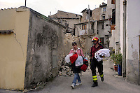 7 Aprile 2009.Terremoto  Abruzzo.Tempera.Residenti vengono accompagniati dai Vigili del Fuoco per riprendere gli oggetti personali rimasti nelle case..Earthquak  Abruzzo.Residents escorted to firemen comeback in the own houses for to take the personal objects.