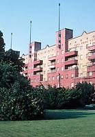 Karl Ehn: Karl Marx Hof, Vienna 1927. 1, 325 apartments over 1 kilometer in length.