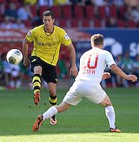 Fussball  1. Bundesliga  Saison 2013/2014    FC Augsburg - Borussia Dortmund      10.08.2013 Robert Lewandowski (li, Borussia Dortmund) gegen Daniel Baier (FC Augsburg)