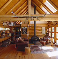 The spacious and airy living room in this log cabin is simply yet comfortably furnished