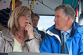 Anky Woudstra (Waddenvereniging) en Burgemeester Albert de Hoop (Ameland) onderweg met elkaar in gesprek tijdens het werkbezoek van deltacommissaris Wim Kuijken aan Ameland.