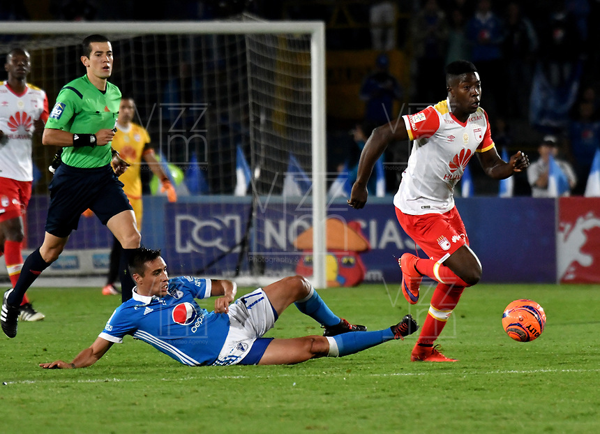 BOGOTA - COLOMBIA - 19-03-2017: Henry Rojas (Izq.) jugador de Millonarios disputa el balón con Hector Urrego (Der.) jugador de Independiente Santa Fe, durante partido de la fecha 10 entre Millonarios y el Independiente Santa Fe, por la Liga Aguila I-2017, jugado en el estadio Nemesio Camacho El Campin de la ciudad de Bogota. / Henry Rojas (L) player of Millonarios vies for the ball with Hector Urrego (R) player of Independiente Santa Fe, during a match of the date 10 between Millonarios and Independiente Santa Fe, for the Liga Aguila I-2017 played at the Nemesio Camacho El Campin Stadium in Bogota city, Photo: VizzorImage / Luis Ramirez / Staff.