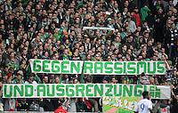 FUSSBALL   1. BUNDESLIGA   SAISON 2012/2013    28. SPIELTAG SV Werder Bremen - FC Schalke 04                          06.04.2013 Bremer Fans zeigen Banner mit der Aufschrift: GEGEN RASSISMUS UND AUSGRENZUNG